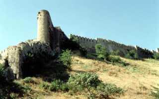 Крепостные стены (V — VI века) — циклопические сооружения