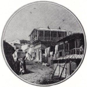 Жилой дом вблизи ворот