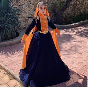 Девочка в национальной одежде