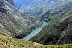 Вид на реку со склона каньона