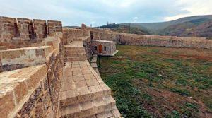 Внутри крепости, высота стен 7-8 метров